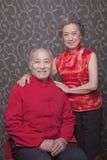 Retrato de pares superiores na roupa do chinês tradicional fotografia de stock royalty free