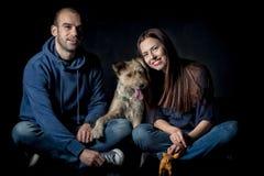 Retrato de pares y de su perro lindo Fotografía de archivo libre de regalías