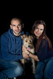 Retrato de pares y de su perro lindo Imágenes de archivo libres de regalías