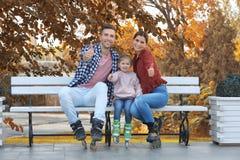 Retrato de patins de rolo vestindo da família feliz imagens de stock