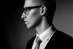 Retrato de pensamiento del bw del perfil del hombre joven Imagenes de archivo