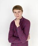 Retrato de pensar al hombre joven hermoso en el fondo blanco Fotos de archivo libres de regalías