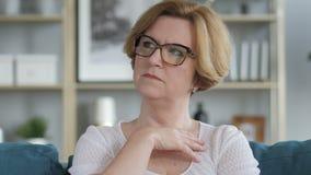 Retrato de pensar a la vieja mujer mayor en oficina metrajes