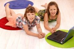 Retrato de pequeñas muchachas con el ordenador Fotografía de archivo libre de regalías
