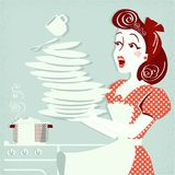 Retrato de placas de queda e de pratos da mulher atrativa desajeitada dentro Fotografia de Stock Royalty Free