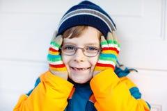 Retrato de pouco menino bonito da criança da escola com vidros Imagem de Stock