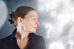 Retrato de preguntar hermoso de la mujer Imagenes de archivo