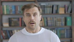 Retrato de preguntarse adulto sorprendente, sorprendido del hombre almacen de metraje de vídeo