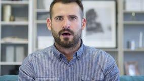 Retrato de preguntarse adulto sorprendente, sorprendido del hombre almacen de video