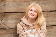 Retrato de presentar a la muchacha rubia de ojos verdes Imágenes de archivo libres de regalías