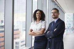 Retrato de proprietários empresariais novos no escritório vazio fotos de stock royalty free