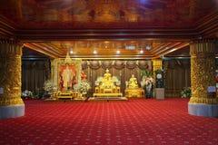 Retrato de Rama IX y una estatua de oro de Buda en Wat Paknam Phasicharoen fotos de archivo libres de regalías