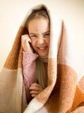 Retrato de rasguñar a la muchacha con la varicela que se sienta en cama Fotografía de archivo