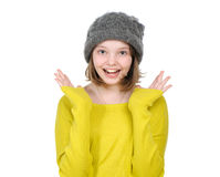 Retrato de reír a la muchacha adolescente feliz en un sombrero y un bergantín hechos punto Foto de archivo