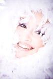 Retrato de reír a la mujer joven con la boa ov Fotos de archivo libres de regalías