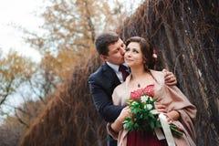 Retrato de recém-casados felizes na natureza do outono Noiva e GR felizes foto de stock