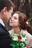 Retrato de recém-casados felizes na natureza do outono Noivos felizes que abraçam e que beijam imagens de stock