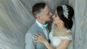 Retrato de recienes casados felices cerca de la ventana almacen de video