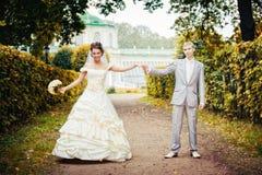 Retrato de recienes casados que recorren Fotografía de archivo