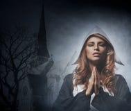 Retrato de rezar novo da freira do ruivo Imagens de Stock