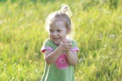 Retrato de rir dois anos de criança em idade pré-escolar idosa imagens de stock