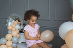 Retrato de rir a menina preta com um balão à mão imagens de stock royalty free