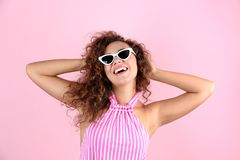 Retrato de rir a mulher afro-americano com óculos de sol imagens de stock