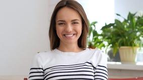 Retrato de rir a mulher bonita fotos de stock royalty free