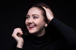 Retrato de rir a mulher moreno fotos de stock royalty free