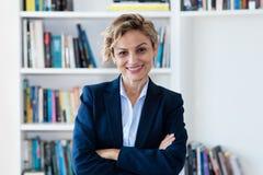 Retrato de rir a mulher de negócios madura imagens de stock royalty free