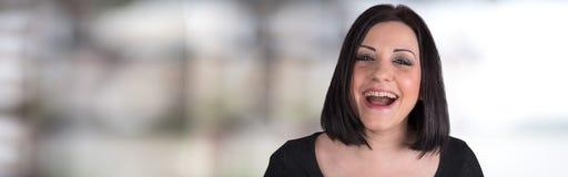 Retrato de rir a mulher nova imagem de stock