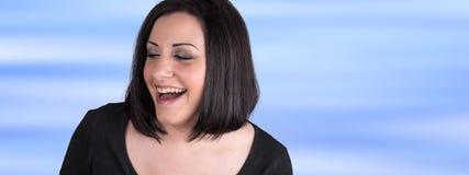 Retrato de rir a mulher nova fotografia de stock royalty free
