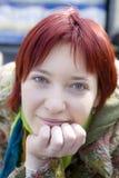 Retrato de rir a mulher nova com cabelo vermelho foto de stock
