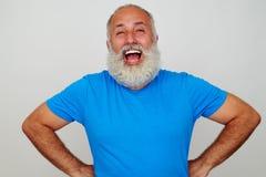 Retrato de rir o homem envelhecido bonito com barba branca fotos de stock royalty free