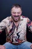Retrato de rir o homem farpado com camisa colorida fotografia de stock royalty free