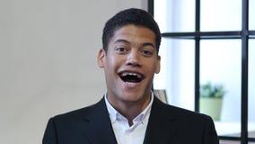 Retrato de rir o homem negro novo imagens de stock