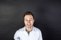 Retrato de rir o homem novo foto de stock royalty free