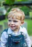 Retrato de rir o menino feliz pequeno imagem de stock
