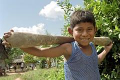 Retrato de rir o menino indiano com pilão do arroz imagem de stock royalty free