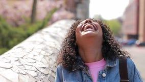 Retrato de risa feliz de la mujer en una ciudad metrajes