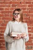Retrato de risa hermoso de la muchacha del estudiante Fotografía de archivo libre de regalías