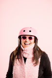 Fundo de ciclagem vestindo do rosa do retrato do capacete da mulher engraçada   Fotos de Stock Royalty Free