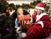 Retrato de Santa Claus con la doncella de la nieve en el holdin del árbol de Cristmas Imagen de archivo