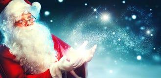 Retrato de Santa Claus feliz com luz mágica imagem de stock royalty free
