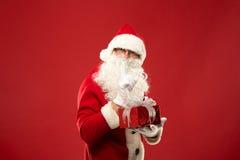 Retrato de Santa Claus feliz con un saco enorme imagen de archivo