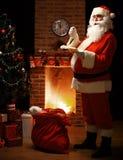 Retrato de Santa Claus feliz que está em sua sala em casa Fotografia de Stock Royalty Free