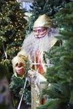 Retrato de Santa Claus feliz que sostiene el saco con los regalos Fotografía de archivo libre de regalías