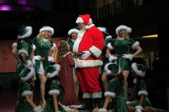 Retrato de Santa Girls feliz y de Papá Noel Imagenes de archivo