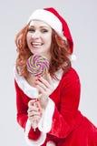 Retrato de Santa Helper de sorriso feliz com pirulito Fotos de Stock Royalty Free