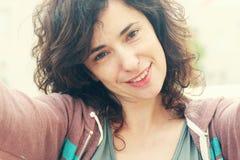 Retrato de Selfie de 35 anos bonitos da mulher adulta Imagem de Stock